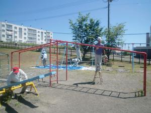 ボランティア活動:紋別小学校の遊具を塗り替え