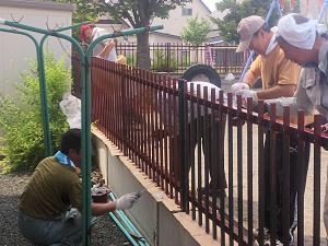ボランティア活動:夕陽丘保育園の柵を塗り替え